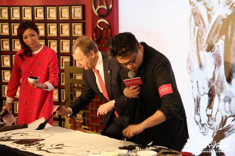 香港赛马会行政总裁应家柏与艺术家联手创作(摄影:苏粤)
