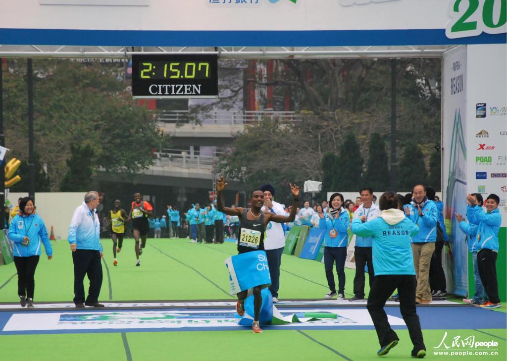 来自埃塞俄比亚的选手获得本届香港渣打马拉松比赛冠军 摄