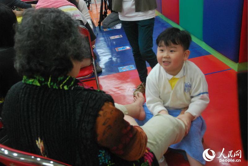 香港三代同堂 母亲节足浴诉说感恩【5】