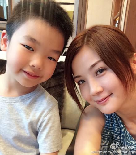 8月1日傍晚,蔡卓妍在微博贴了两张照片,都是同一名单眼皮的可爱男生