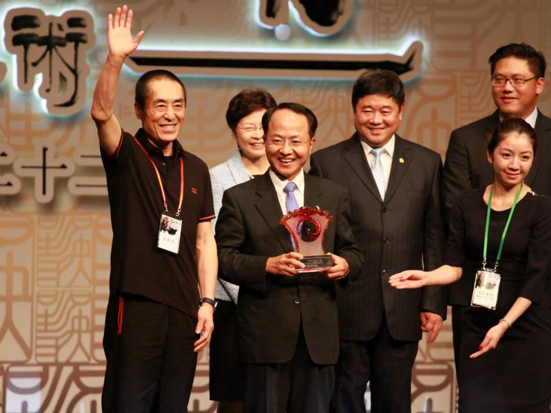 香港中联办_香港中联办副主任王志民为张艺谋颁奖(摄影:计梦慧)