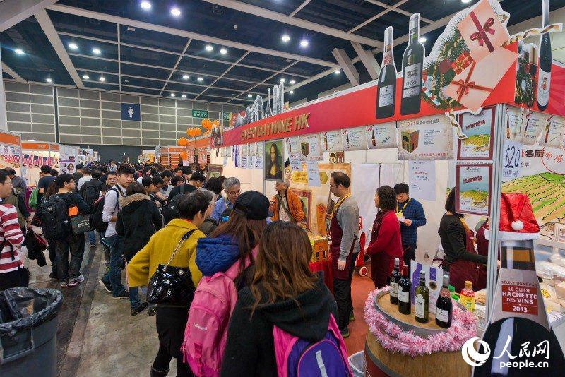 人民网香港12月17日电 第13届香港冬日美食节将于12月24日至28日在香港会议展览中心拉开帷幕。本届美食节设有十大展区汇聚环球美食,更在场内推出低至1元港币的优惠抢购及免费试吃等环节。 本次美食节特设星级厨房,由10多位名人名厨现场示范中西美食。而大会新推出的3FG展馆,将分设中西食府区、国际品酒及高级食品区、派对食品及甜品天地三大主题展区,满足市民的不同需求。此外,展览期间,每天将重点推出竞食大赛,胜出者可获得丰富奖品。(陈瑶)