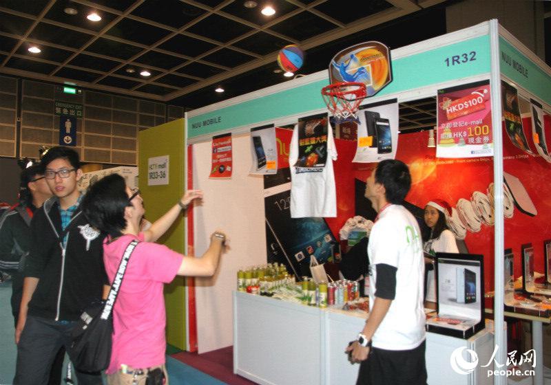 參展商推出各式優惠活動吸引市民。(攝影:陳瑤)