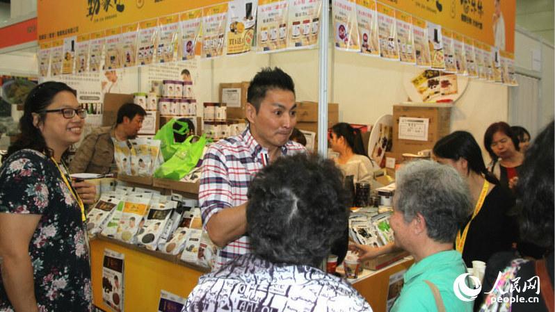 香港知名藝人何家勁攜自家産品參展,展位得到不少影迷光顧。(攝影:陳瑤)