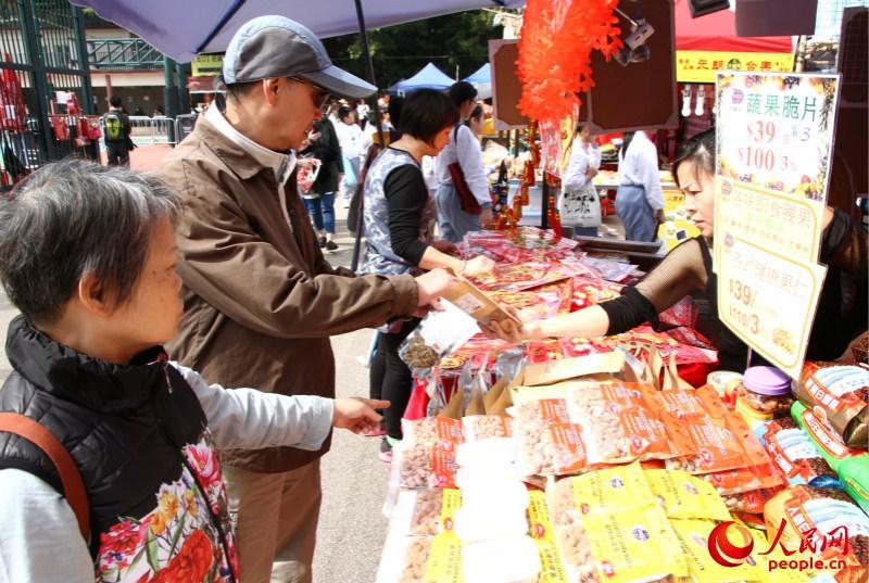 临近春节,香港的各大商场及地标性建筑展出与新年相关的大型景