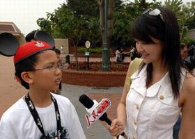 """2007    恰逢香港回归祖国十周年,人民网派出采访团走进香港,通过多媒体的报道形式为网友生动展示香港回归十年来的成功实践。""""香港人得到祖国的关怀,切切实实得到好处,真正体会到了当初讲的'祖国好、香港好'。 """"[详细]"""