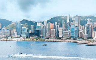 """解放军威武文明守香江1997年7月1日,中华人民共和国恢复对香港行使主权,历经百年沧桑的香港重回祖国的怀抱,亿万中华儿女欢欣鼓舞。随着五星红旗冉冉升起,中国人民解放军在""""一国两制""""条件下驻军的崭新篇章从此开启。世界为之瞩目,祖国寄以重托。"""
