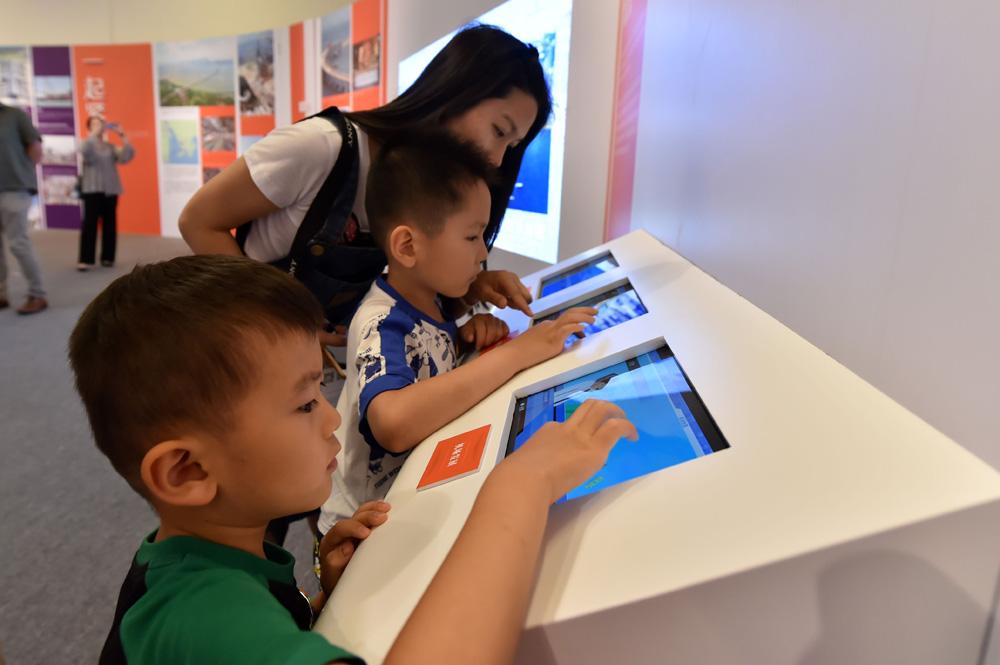 通过图片、文字、实物以及多媒体互动影音技术等形式,全面反映了香港回归祖国20年来所取得的巨大成就