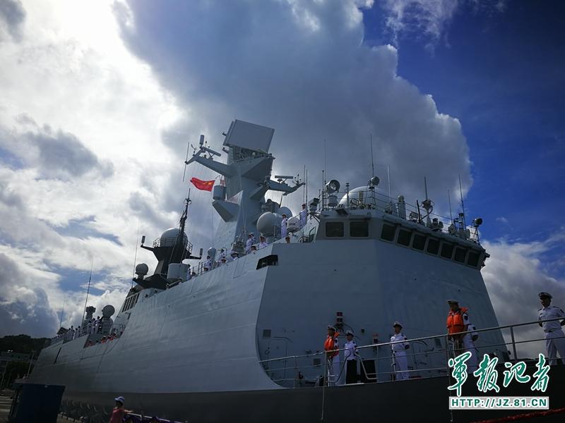 """中国首艘航空母舰""""辽宁号""""今晨抵达香港水域.辽宁舰编队抵港后,"""