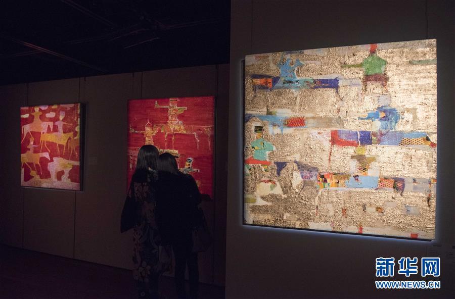 11月2日,在香港金钟苏富比艺术空间,观众在欣赏伊朗艺术家雷扎・德雷克沙尼的画作。