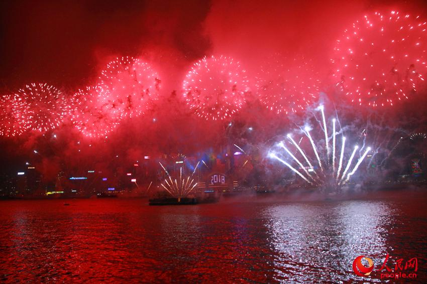 2018新年零点之际,盛大的烟花汇演闪耀在香港维多利亚港上空(摄影:辜雨晴)