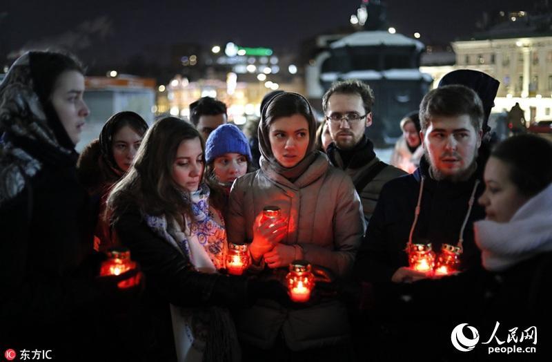 俄罗斯民众手持烛灯 悼念坠机遇难者(组图)