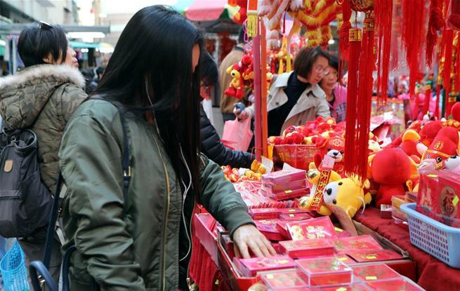 """香港新春派""""利是"""" 讨个好彩头"""