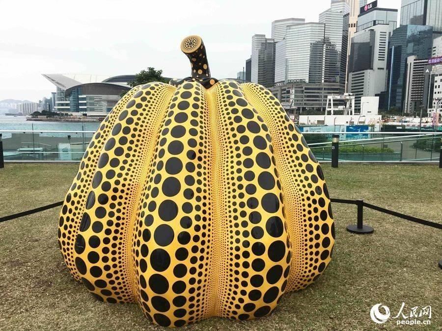 日本艺术家草间弥生雕塑作品《Pumpkin:big》(摄影:辜雨晴)