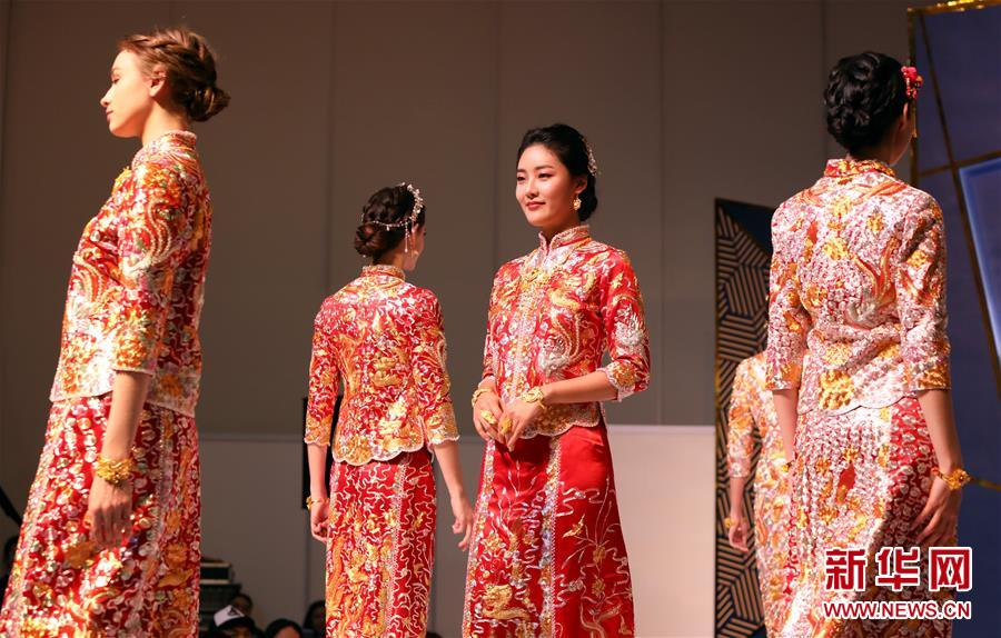 3月11日,模特在展示婚礼礼服。