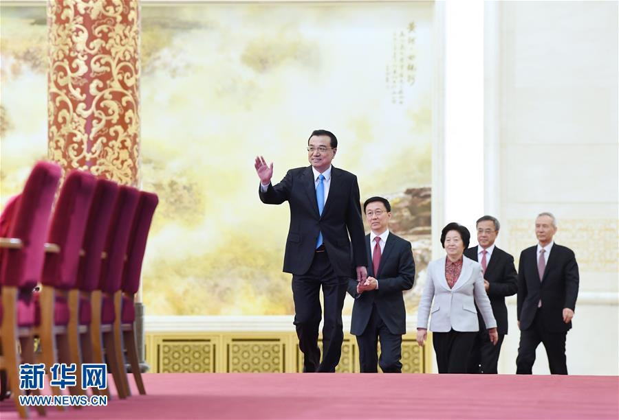 3月20日,国务院总理李克强和副总理韩正、孙春兰、胡春华、刘鹤在北京人民大会堂与中外记者见面,并回答记者提问。 新华社记者 燕雁 摄