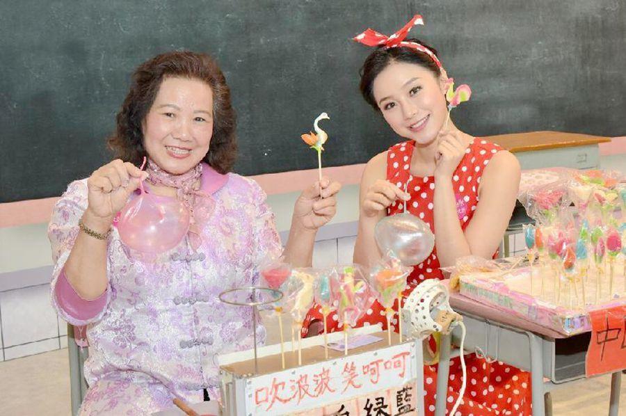 香港传统吹糖师傅(左)与模特示范吹糖。