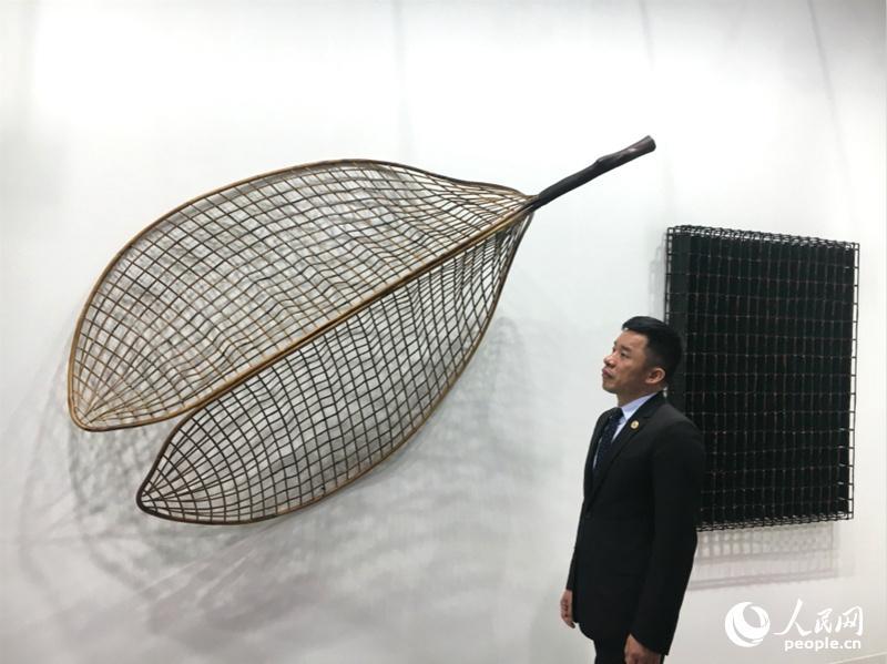 中国艺术家陈玉树在香港巴塞尔艺术展观展。