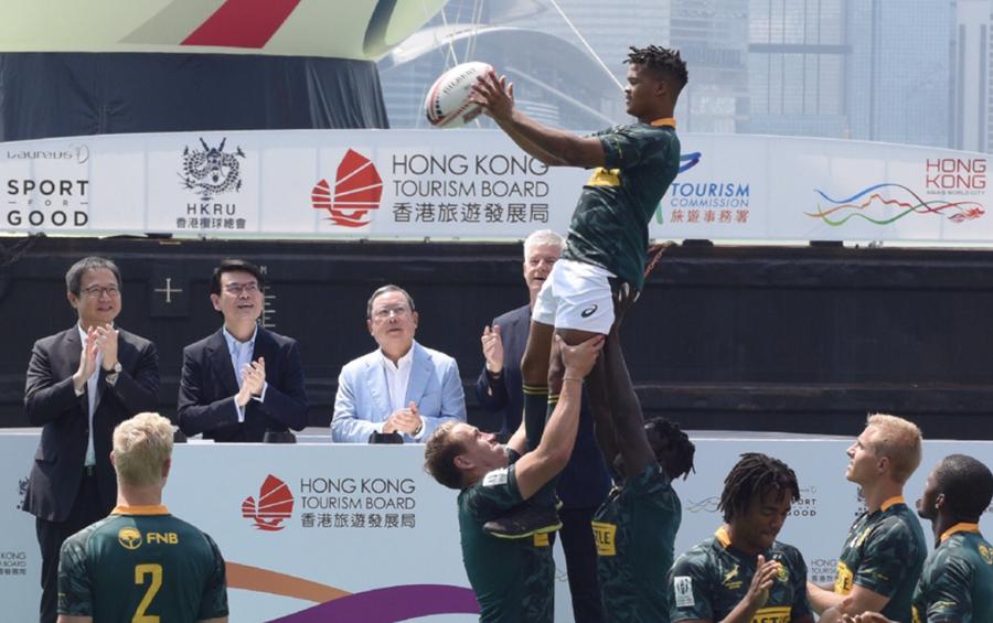 图为南非榄球代表队在橄榄球装置启动礼上献技。图片来源于港媒。