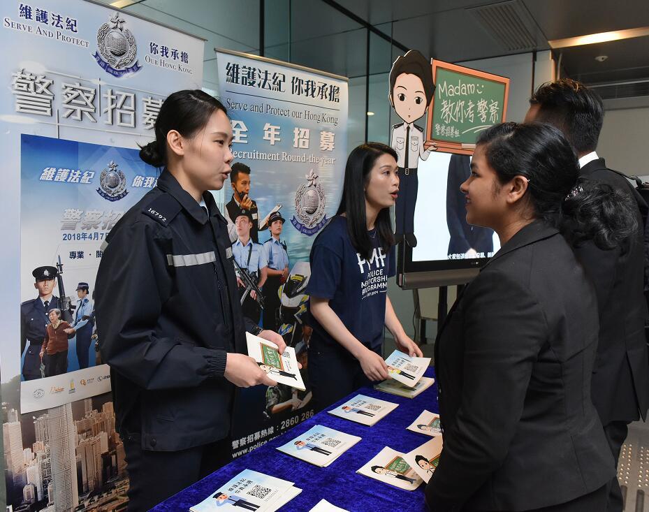 警务人员向考生讲解投考程序