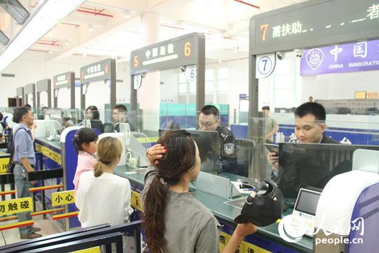 横琴边检站民警正在验放前往澳门的出入境旅客 摄影:朱金辉