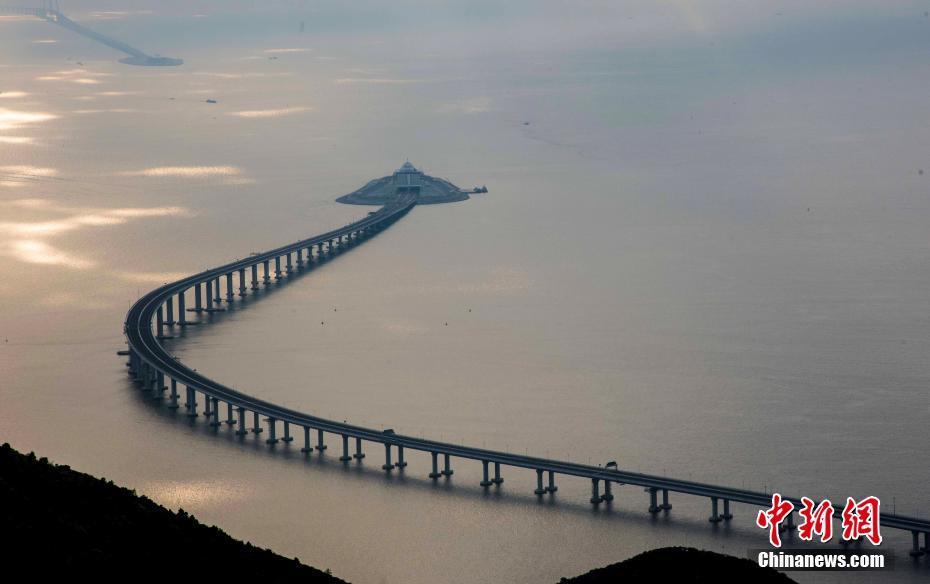 """随着港珠澳大桥建成通车时间越来越近,粤港澳大湾区建设将进入""""快"""