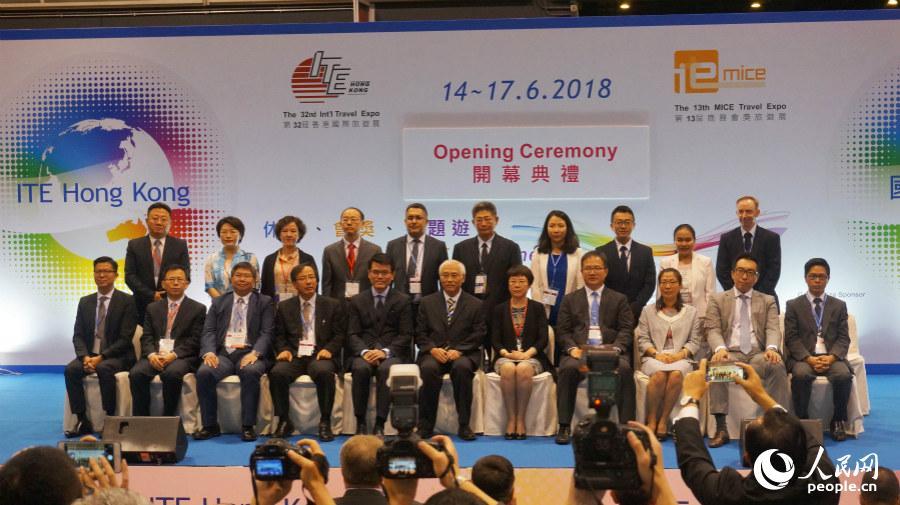 出席第32届香港国际旅游展开幕式的嘉宾合影(摄影:沈婧婕)