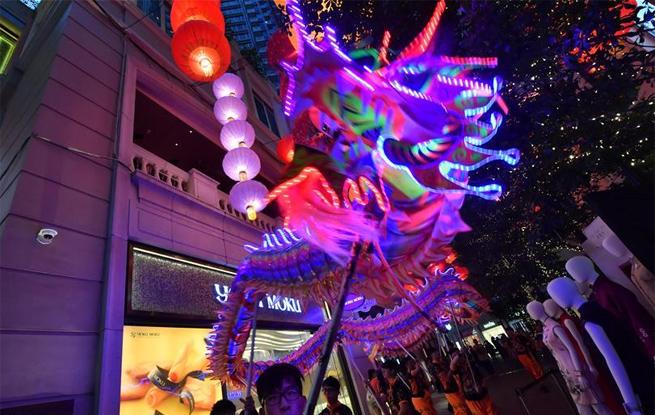 香港举行LED火龙表演迎中秋