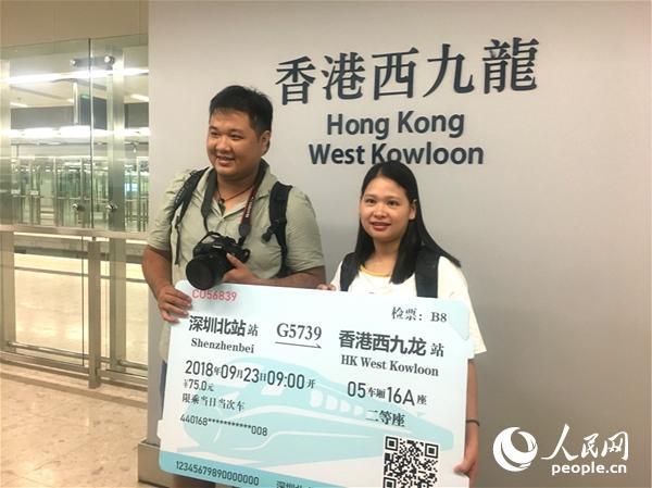 不少香港市民前来体验乘坐广深港高铁香港段首班车。(摄影:辜雨晴)