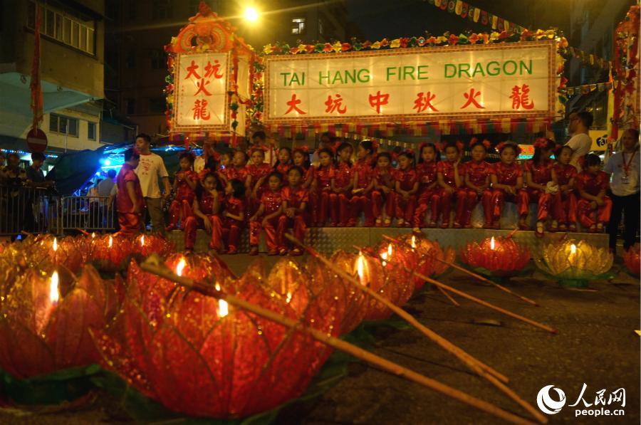9月24日晚在大坑举行中秋火龙活动。(摄影:沈婧婕)