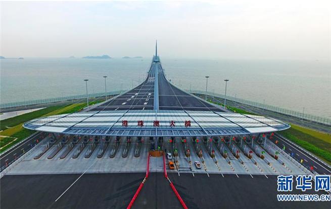 港珠澳大桥正式通车。