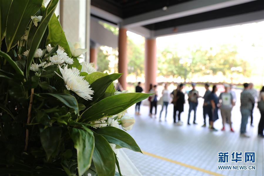 11月12日,公众在香港文化博物馆外排队等待进馆吊唁。新华社记者 吴晓初 摄