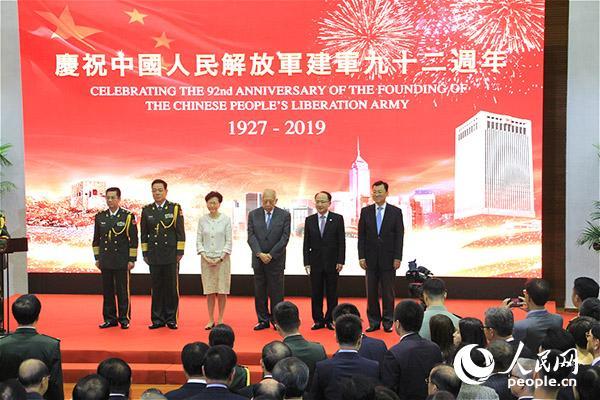 解放军驻香港部队31日晚在中环军营举办庆祝中国人民解放军建军92周年招待会。(摄影:辜雨晴)