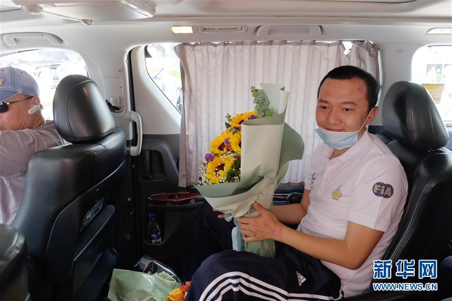 香港市民自发探望被暴徒殴打的环球时报...