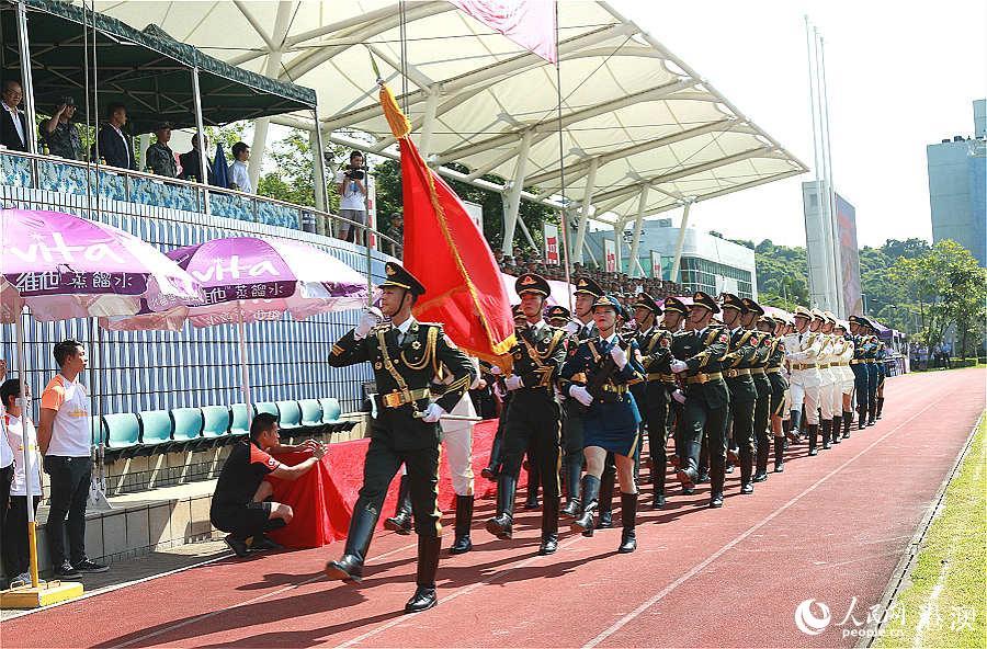 驻港部队三军仪仗队踏着整齐的步伐入场。(摄影:辜雨晴)