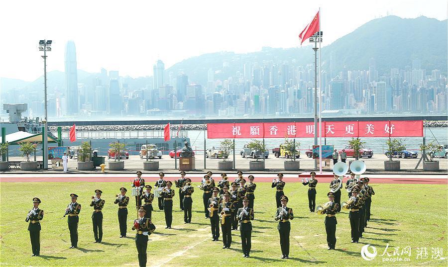 """驻港部队军乐队变换出""""70""""字形,庆祝新中国成立70周年。(摄影:辜雨晴)"""