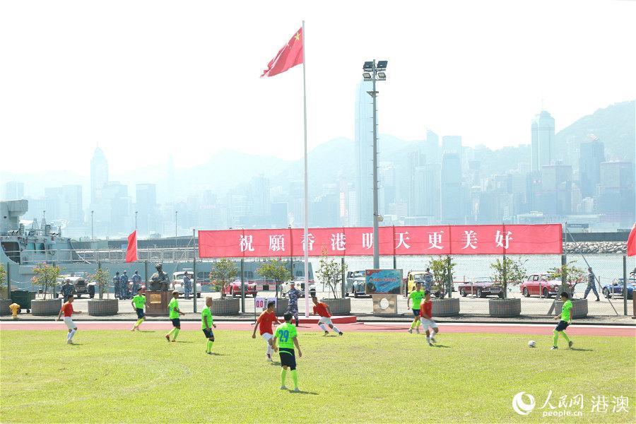 香港明星足球队与驻军足球队进行友谊赛。(摄影:辜雨晴)