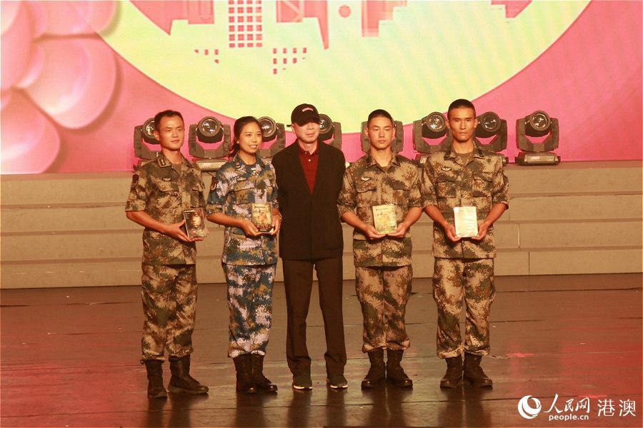 导演冯小刚为驻军代表送上中秋礼物。(摄影:辜雨晴)