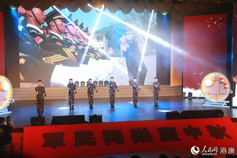 """由香港演艺界明星和驻军文工队联袂献上的""""军民同乐庆祝中秋""""文艺演出,将活动气氛推向高潮。(摄影:辜雨晴)"""