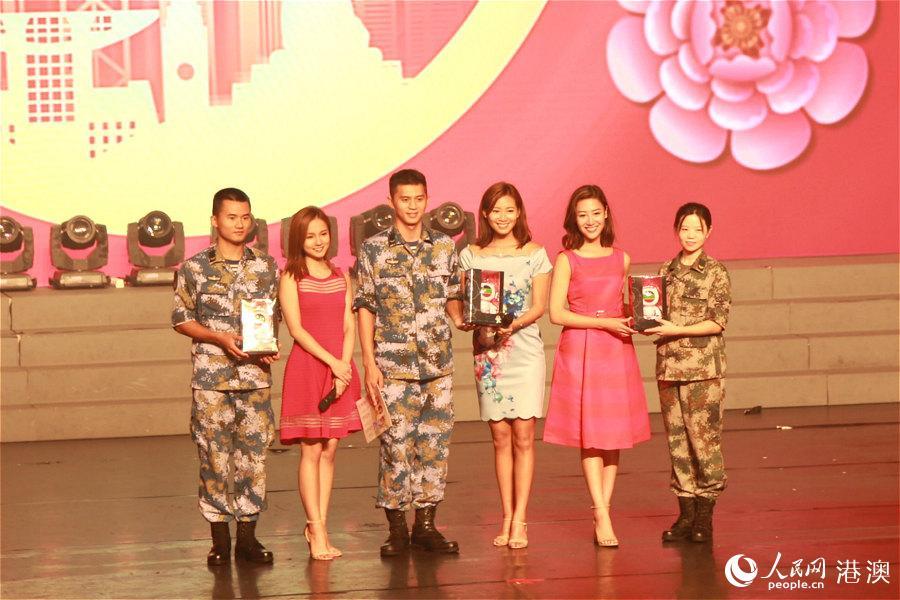 香港小姐为驻军代表送上月饼。(摄影:辜雨晴)