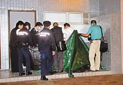 孕妇/警员检视堕楼母子遗体。图片来源:香港文汇报