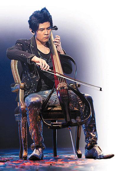 """周杰伦/周杰伦在港购买大提琴,前晚在演唱会即场表演""""处男演奏""""。(..."""
