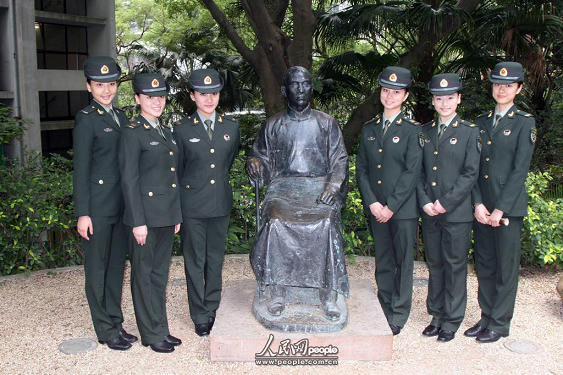 驻港部队官兵走进香港大学--港澳--人民网