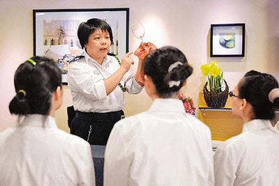 )在励敬惩教所教授餐饮服务训练课程.图片来源:香港文汇报-探秘