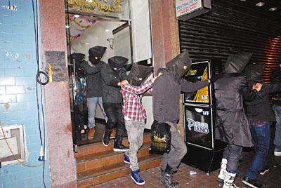 少女 楼上/在棉登径一楼上吧涉贩毒及吸毒者被警方蒙头带走。图片来源:...